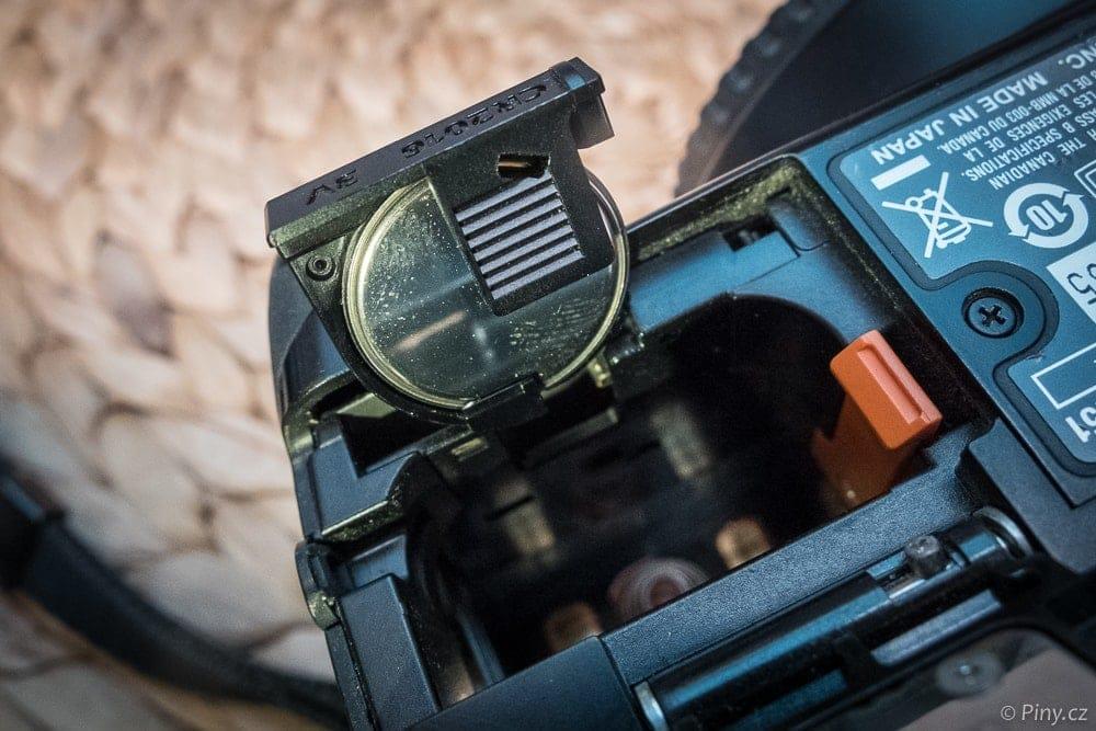Záložní baterie starších zrcadlovek Canon.