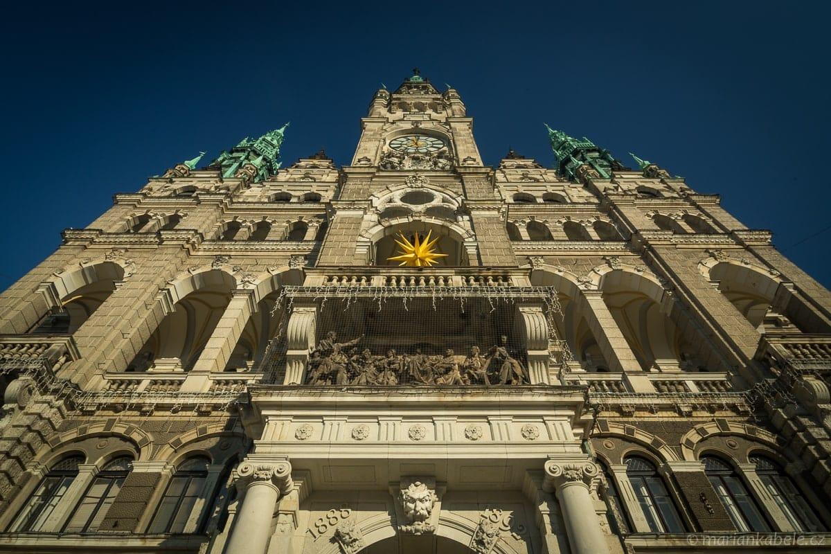 Radnice Liberec – záměrné naklopení svislic budovy.