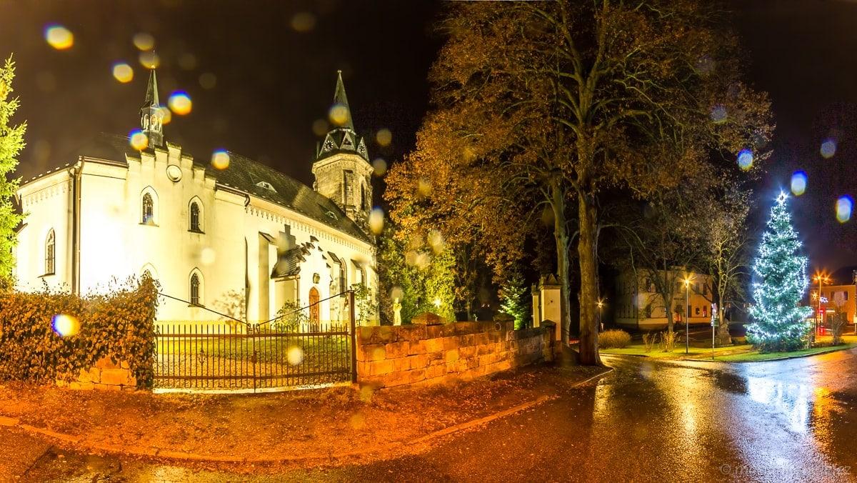 Kostel sv. Jakuba Přepeře a vánoční strom v dešti.