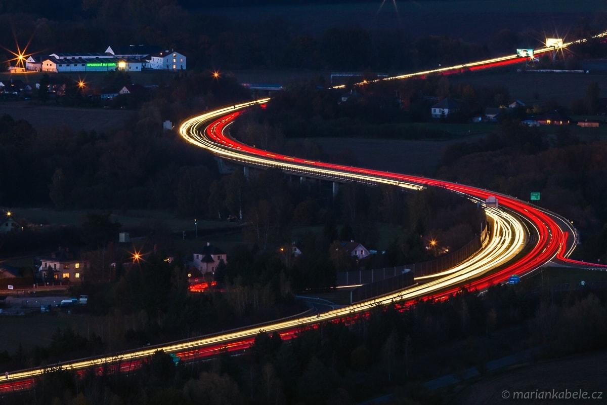 Světelný had na dálnici D10.