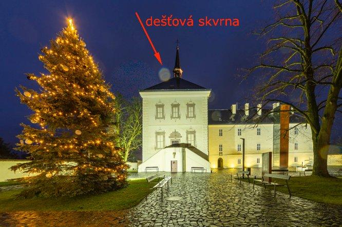 Noční zámek Svijany, skvrna od kapky deště.