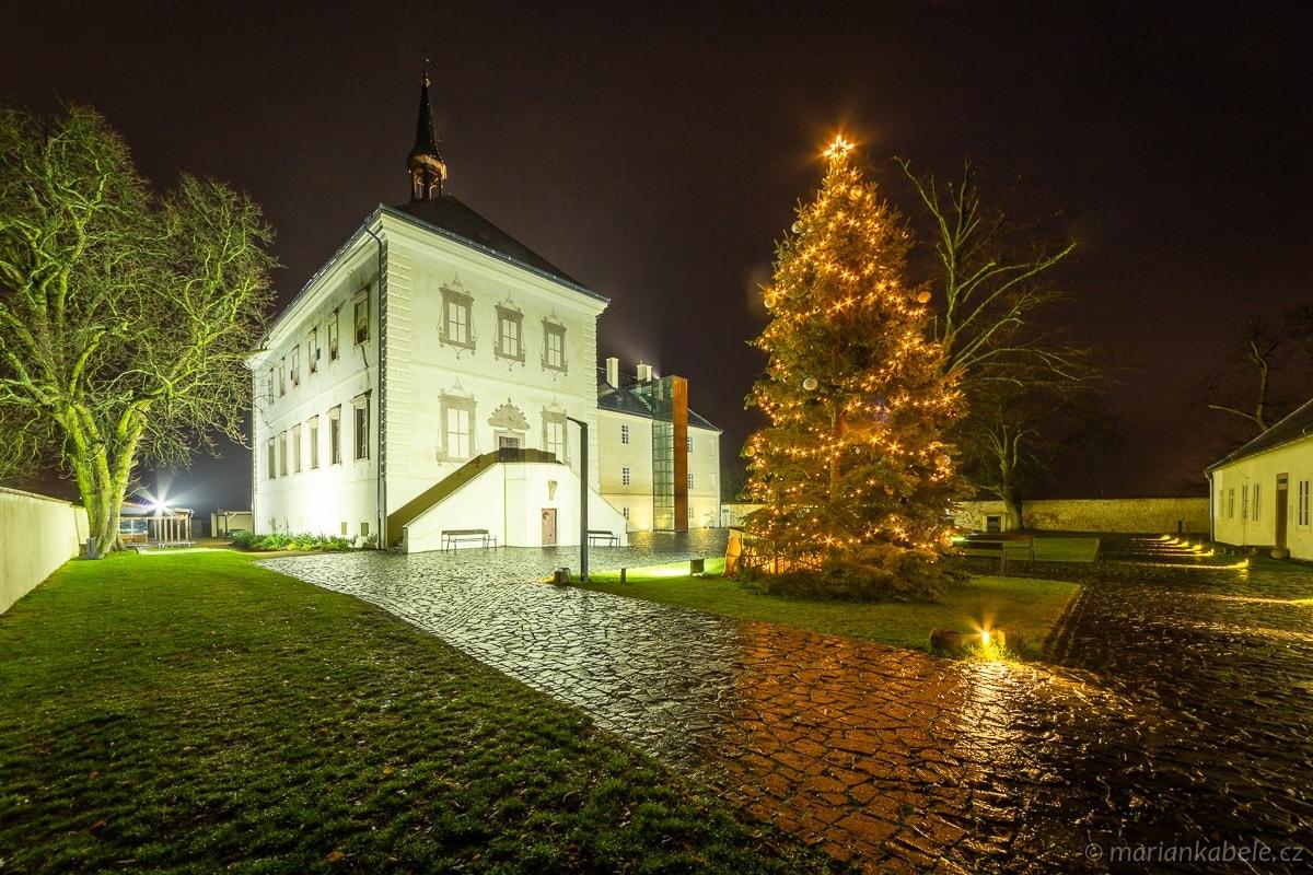 Vánoční zámek Svijany v dešti.