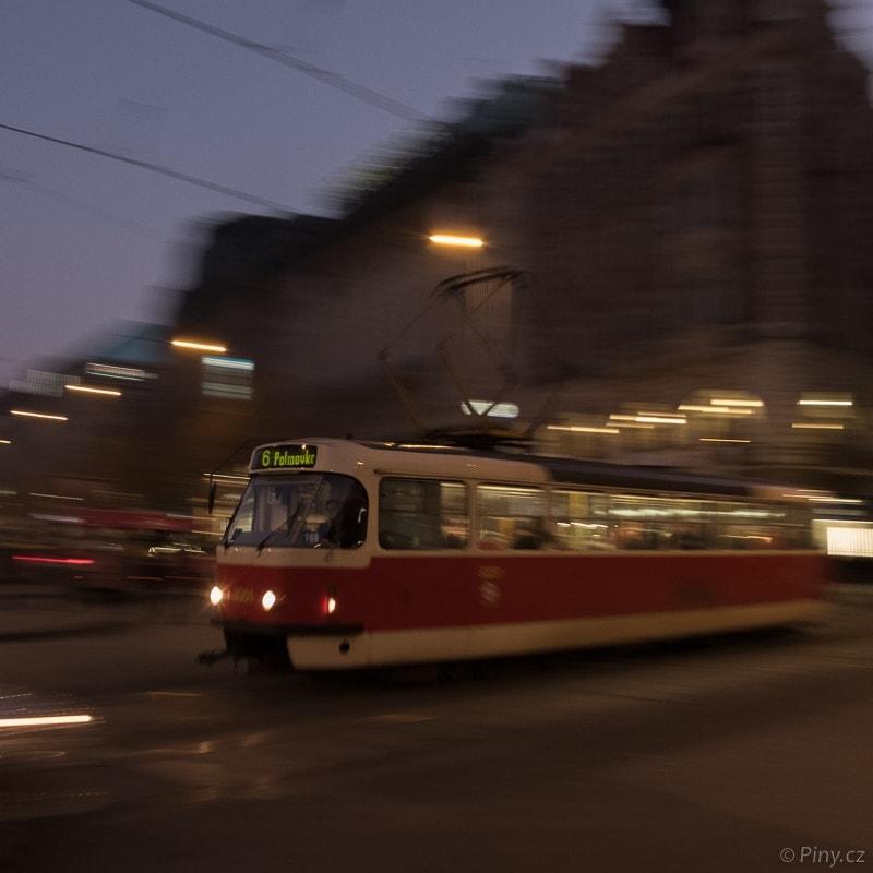 Večerní tramvaj – fotografie před úpravou.