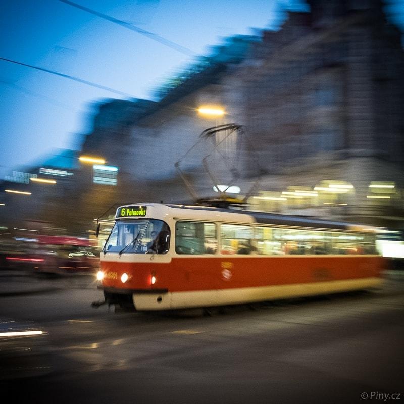 Večerní tramvaj – fotografie po úpravě v Adobe Lightroom.