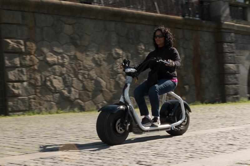 Motorkářka – fotografie před úpravou.