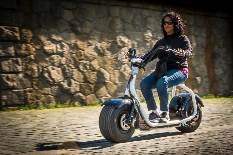 Motorkářka – fotografie po úpravě v Adobe Lightroom.