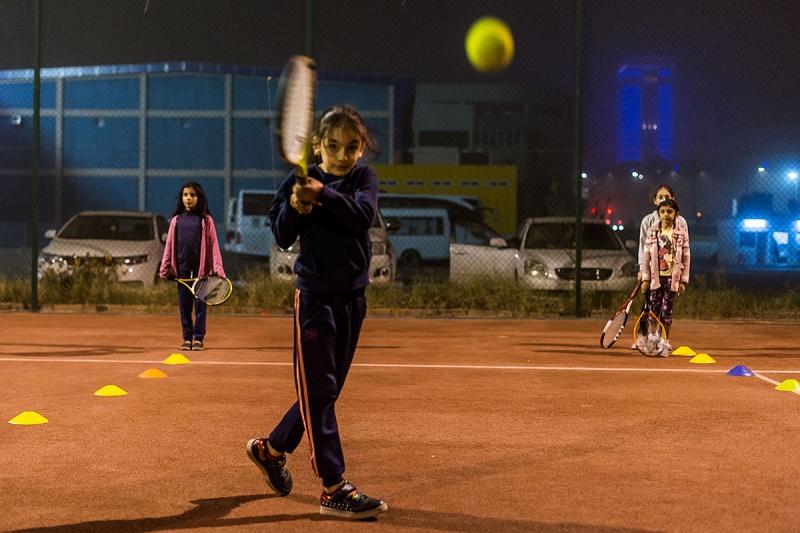 Fotografie tenisového klubu jen pár km od bojové linie u Mosulu