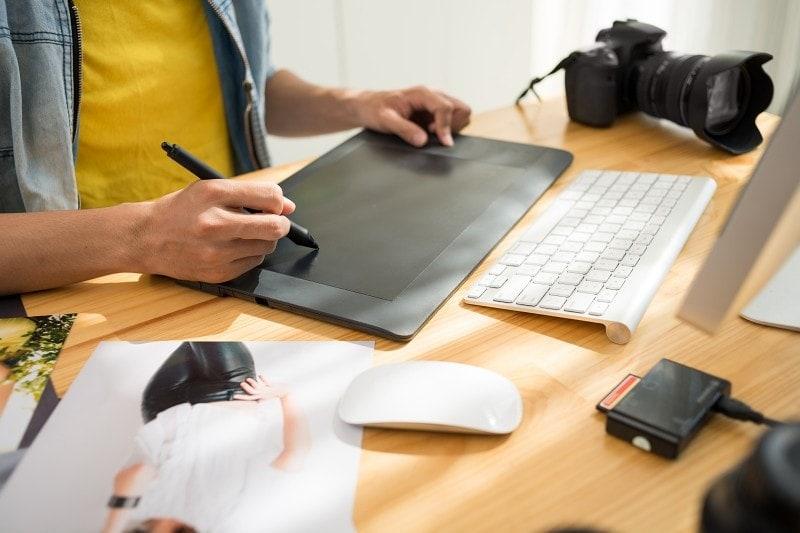 Editace fotografií na tabletu.
