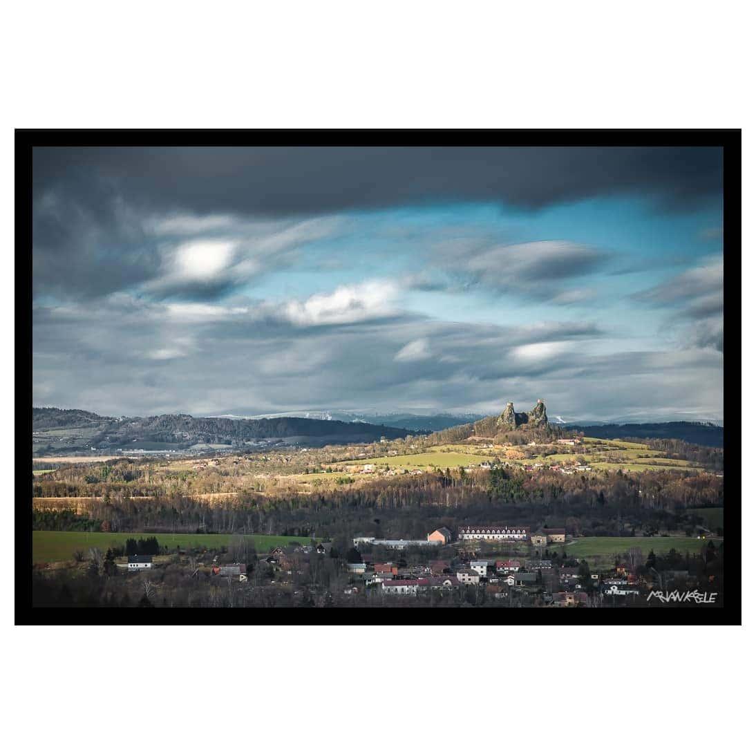 Plující oblaka nad Troskami, Český ráj –autorský fotoobraz na desce, matně černý dřevěný rám.