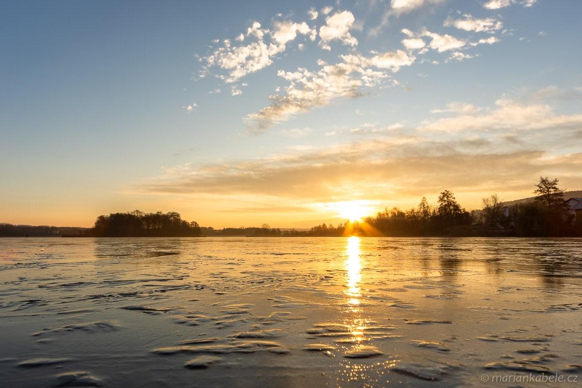 Východ slunce, ráno u rybníka Žabakor, Český ráj.