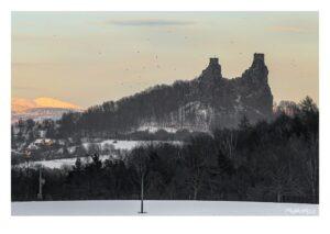 Zimní Trosky a Sněžka při západu slunce, Český ráj, fototisk SRA3 na křídovém papíře.