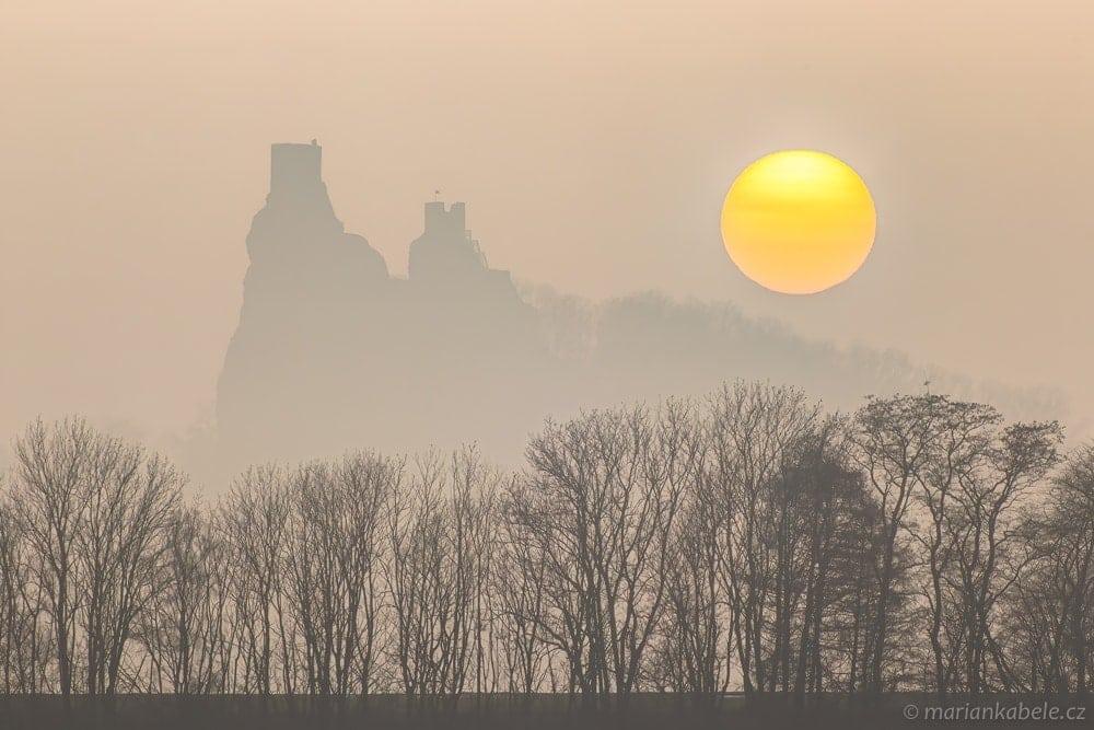 Mlžný západ slunce v Českém ráji – snímek po úpravě v Adobe Lightroom.