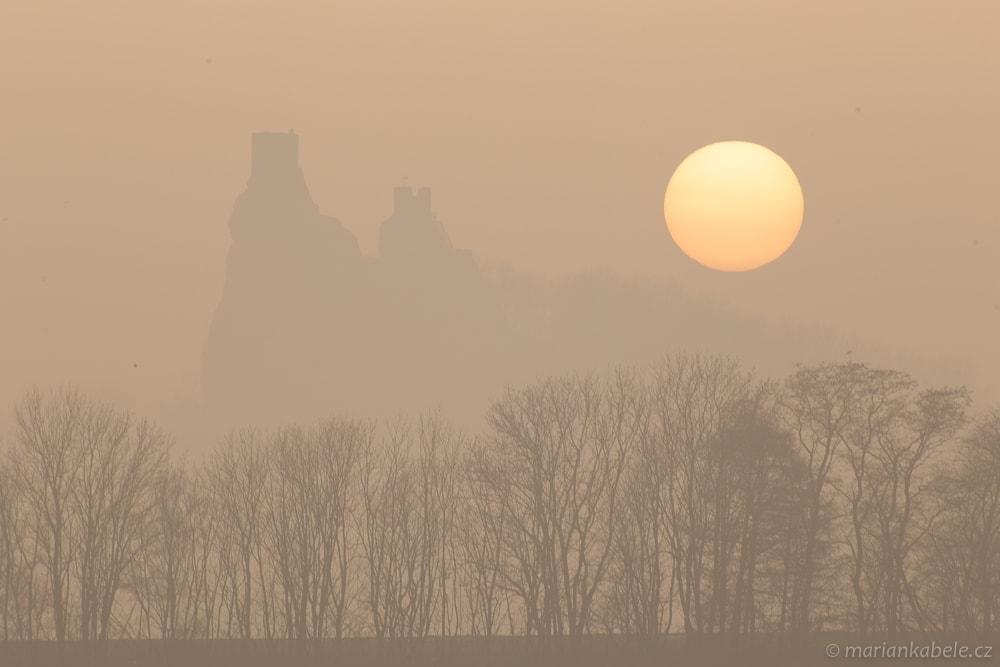 Mlžný západ slunce v Českém ráji – snímek před úpravou v Adobe Lightroom.